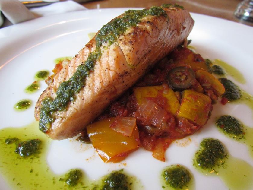 Salmone norvegese con caponata de verdure e salsa verde