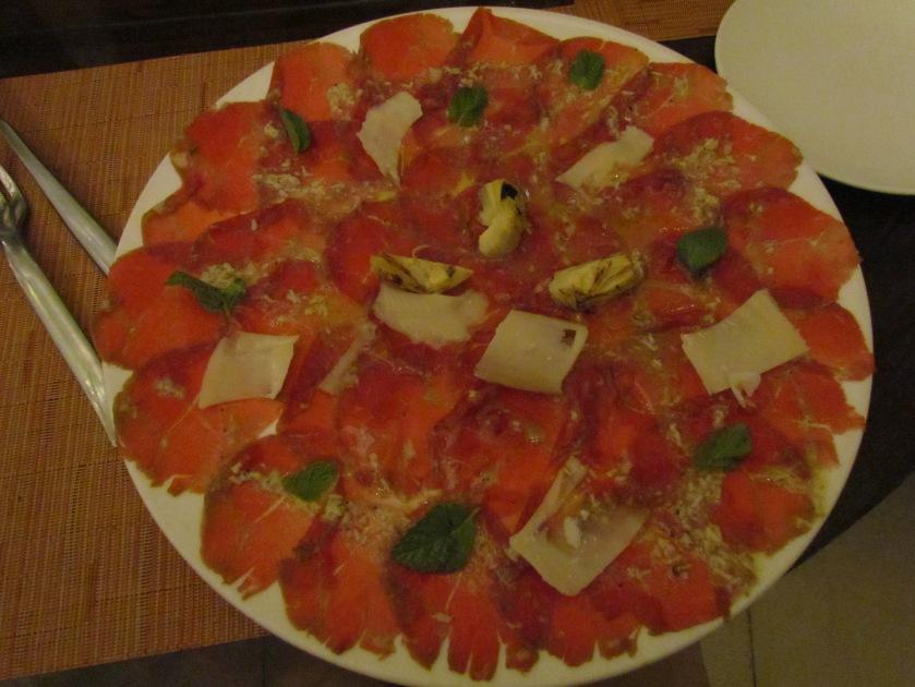 carpaccio di manzo, con scaglie di parmigiano e carciofini
