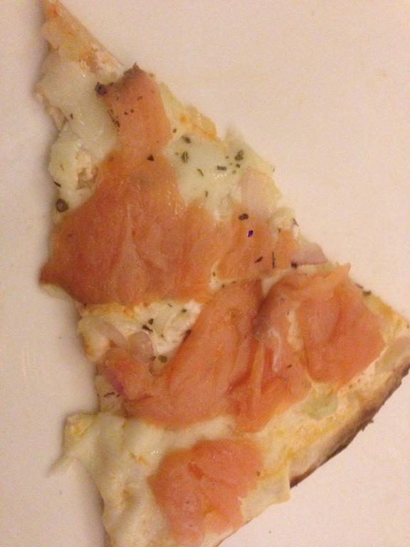 Bianca al salmone affumicato cipolla e mozzarella
