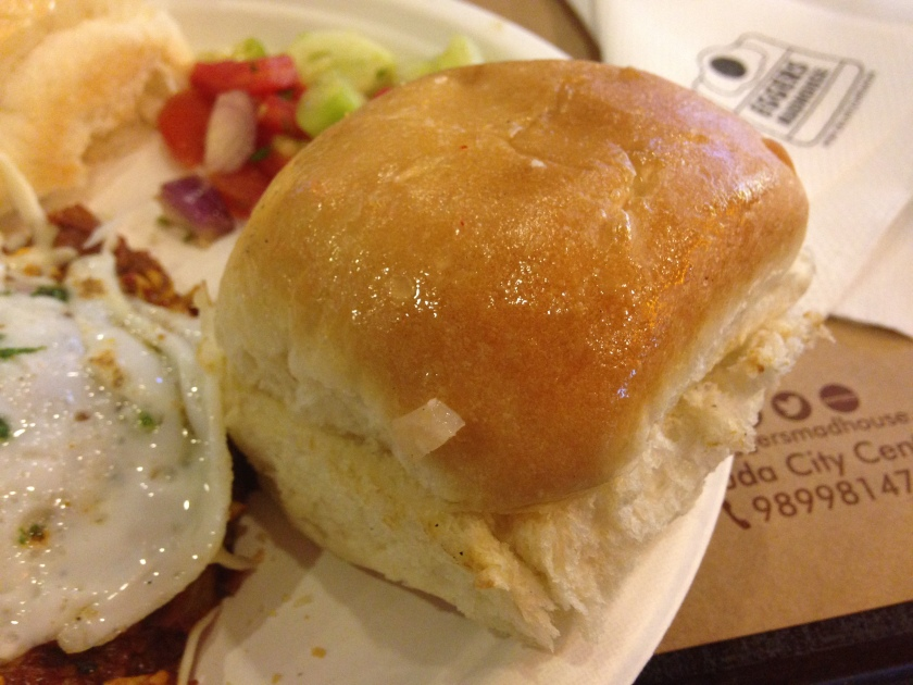buns served with Egg chomu